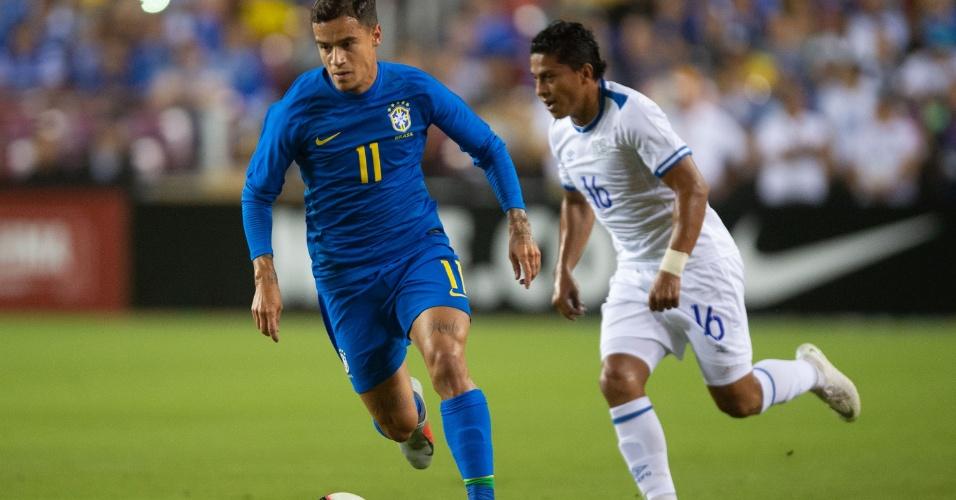 Philippe Coutinho aposta corrida com o marcador durante amistoso Brasil x El Salvador