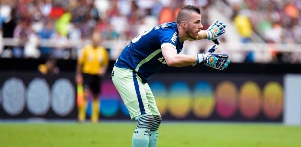 No aniversário do goleiro, Luan tira onda com Paulo Victor