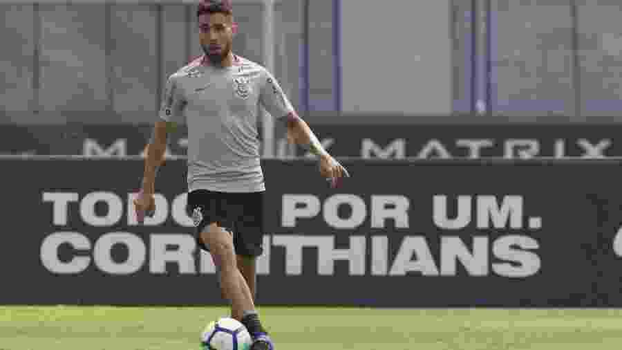Gabriel carrega a bola durante treinamento do Corinthians no CT Joaquim Grava - Daniel Augusto Jr/Ag. Corinthians