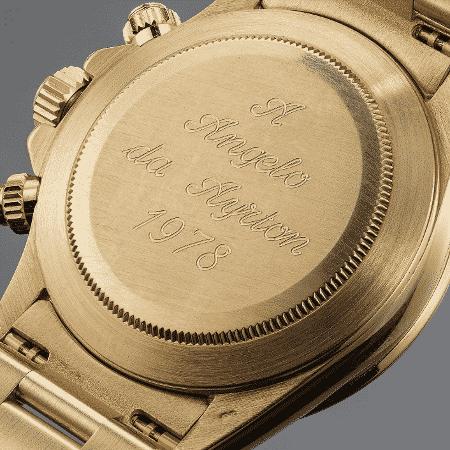 Parte traseira do relógio traz uma dedicatória de Senna a Angelo Parilla, considerado um de seus descobridores no kart - Phillips.com/Divulgação