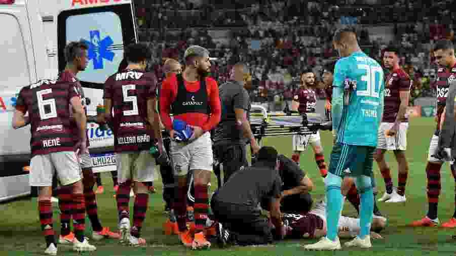 Rodrigo Caio é atendido em campo  - Thiago Ribeiro/AGIF