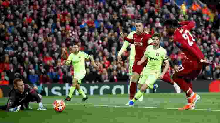 Divock Origi aproveitou o rebote e abriu o placar para o Liverpool - Carl Recine/Reuters