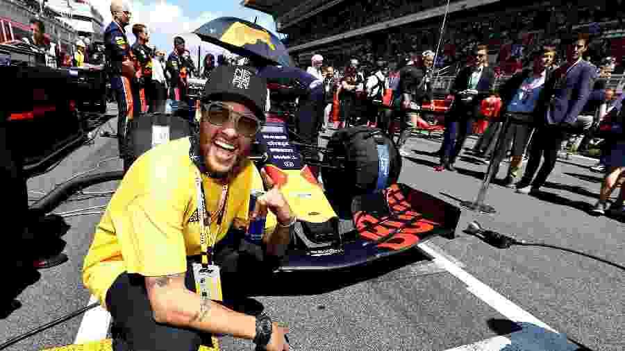 Neymar posa em frente o carro da Red Bull antes do Grande Prêmio da Espanha de Fórmula 1 de 2019 - Mark Thompson/Getty Images