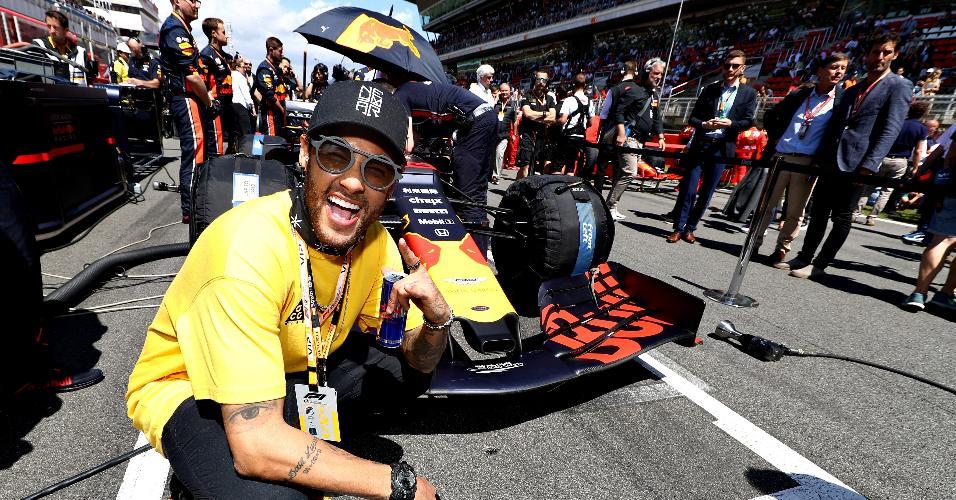 Neymar posa em frente ao carro da Red Bull antes do Grande Prêmio da Espanha