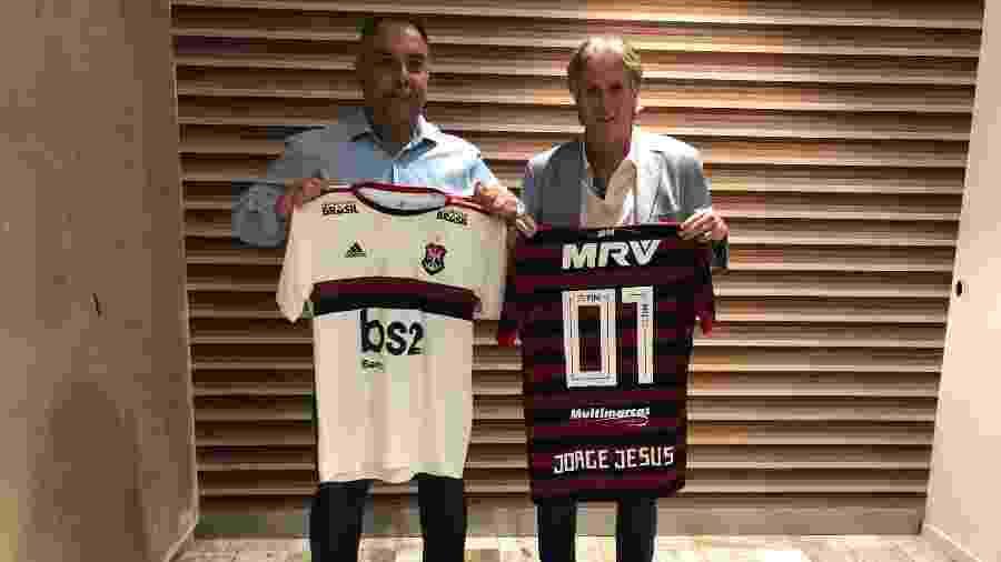 Jorge Jesus recebe a camisa 01 do Flamengo - Marcelo Cortes/Flamengo