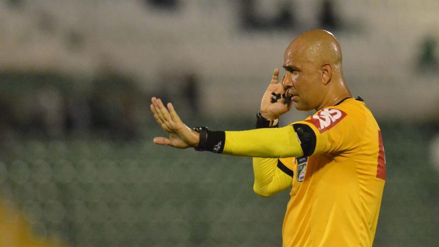 O árbitro Marcelo Aparecido Ribeiro em partida Chapecoense e Atlético-MG pelo Brasileirão 2019 - Tarla Wolski/Futura Press/Folhapress