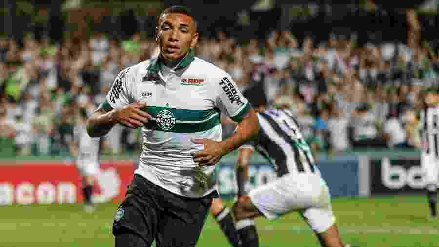 Igor Jesus comemora após marcar para o Coritiba contra o Figueirense pela Série B - Gabriel Machado/AGIF