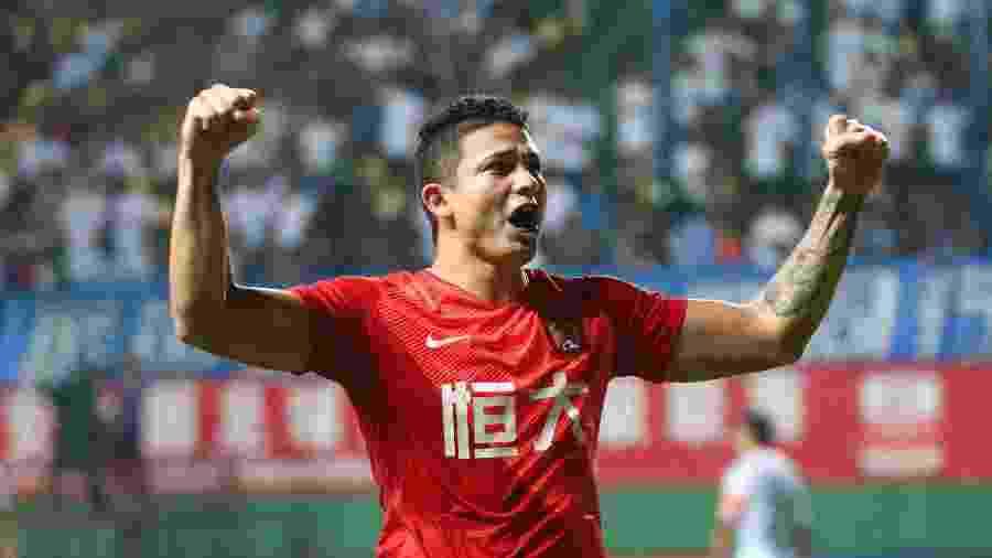 Elkeson comemora após marcar para o Guangzhou Evergrande no Campeonato Chinês - VCG/VCG via Getty Images