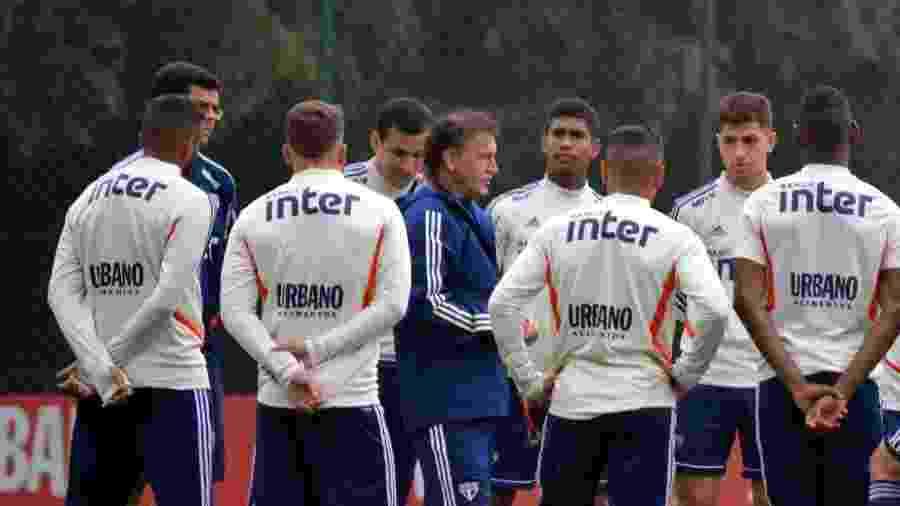 Cuca dá instruções ao elenco do São Paulo durante treinamento no CT da Barra Funda - Érico Leonan / saopaulofc.net