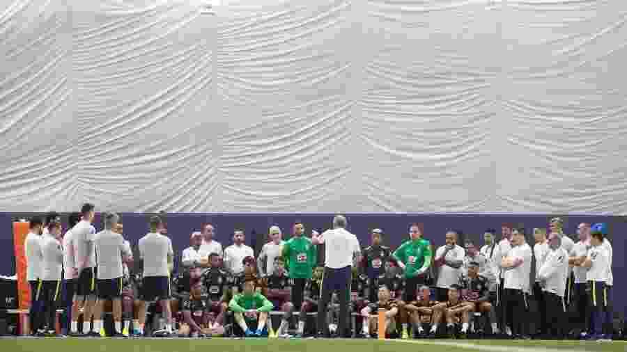 Tite orienta a seleção antes do treino feito em campo sintético e coberto do Miami Dolphins - Lucas Figueiredo/CBF