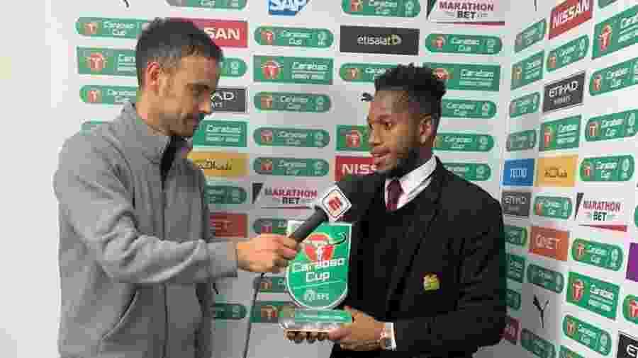 Fred recebe prêmio de melhor jogador em campo após partida entre Manchester United e Manchester City - Divulgação