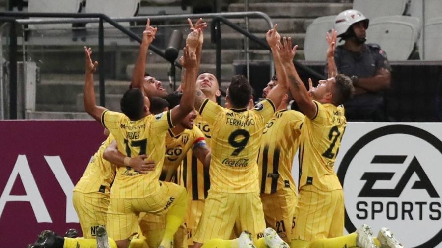 Jogadores do Guaraní (PAR) comemoram gol na Arena Corinthians pela Libertadores 2020 - REUTERS/Amanda Perobelli