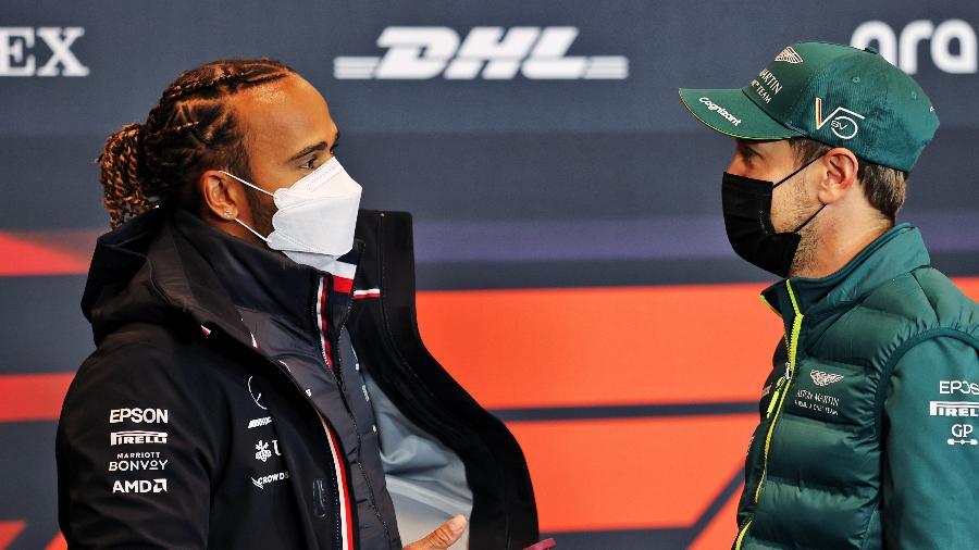 Lewis Hamilton conversa com Sebastian Vettel durante entrevista coletiva antes do Grande Prêmio de Imola de F1 -  Laurent Charniaux - Pool/Getty Images