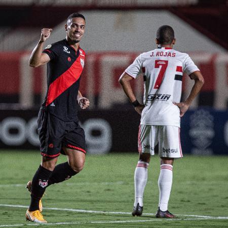 Eder comemora gol do Atlético-GO no confronto com o São Paulo pela Série A - Heber Gomes/AGIF