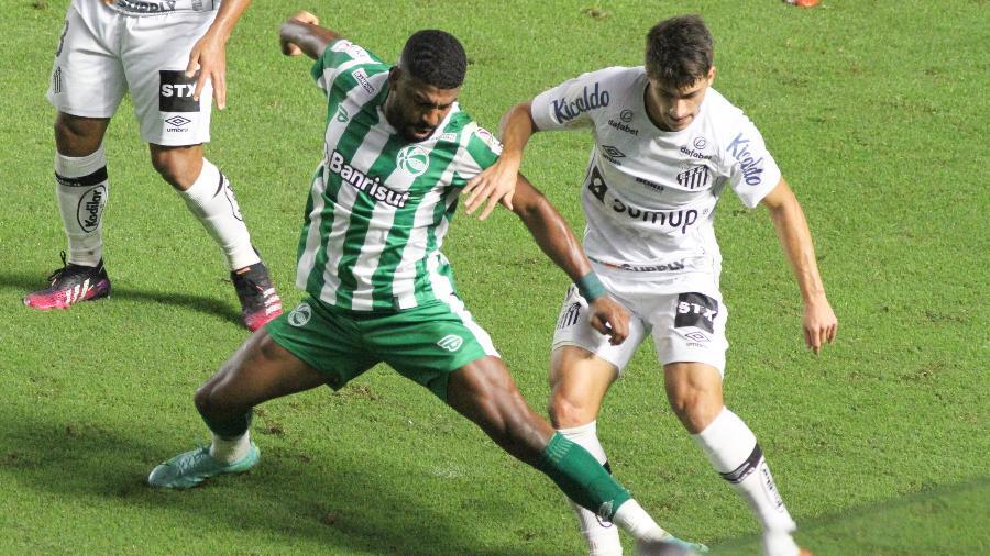 Lucas Pirani, do Santos, em duelo com o Juventude, na Vila Belmiro, pelo Brasileiro - Fernanda Luz/AGIF