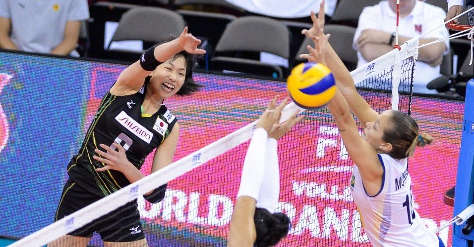 24.jul.2015 - Com oposto Monique e central Carol, bloqueio do Brasil tenta parar atacante japonesa em partida válida pela fase final do Grand Prix de vôlei feminino