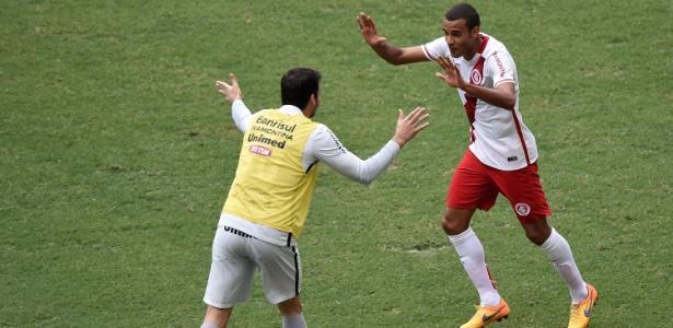 Ernando (d) é titular da zaga do Internacional e ganhou novo contrato até 2019