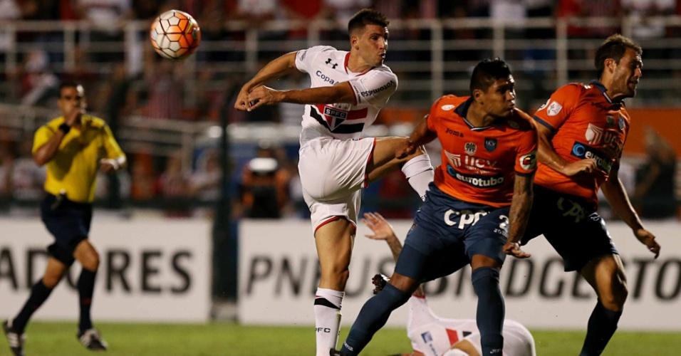 Calleri chuta para tentar o gol contra o Cesar Vallejo, na Libertadores