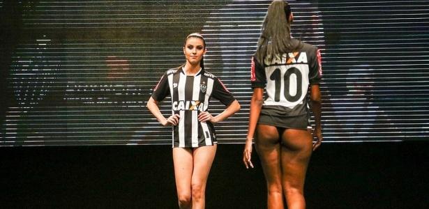 Modelos desfilam na apresentação da nova camisa do Atlético-MG