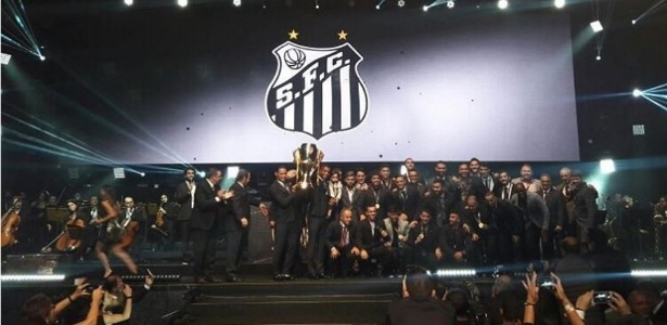 Jogadores do Santos com o troféu do Campeonato Paulista