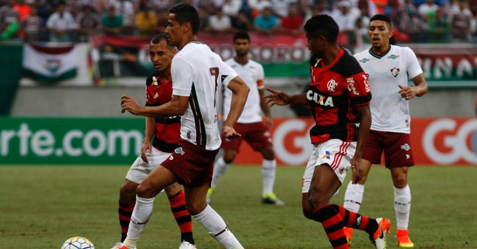 Cícero tenta escapar de Alan Patrick no jogo entre Flamengo e Fluminense