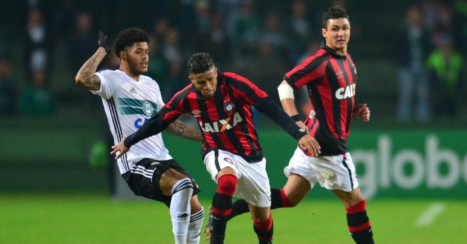 Leo, do Atlético-PR, tenta escapar de Leandro, do Coritiba