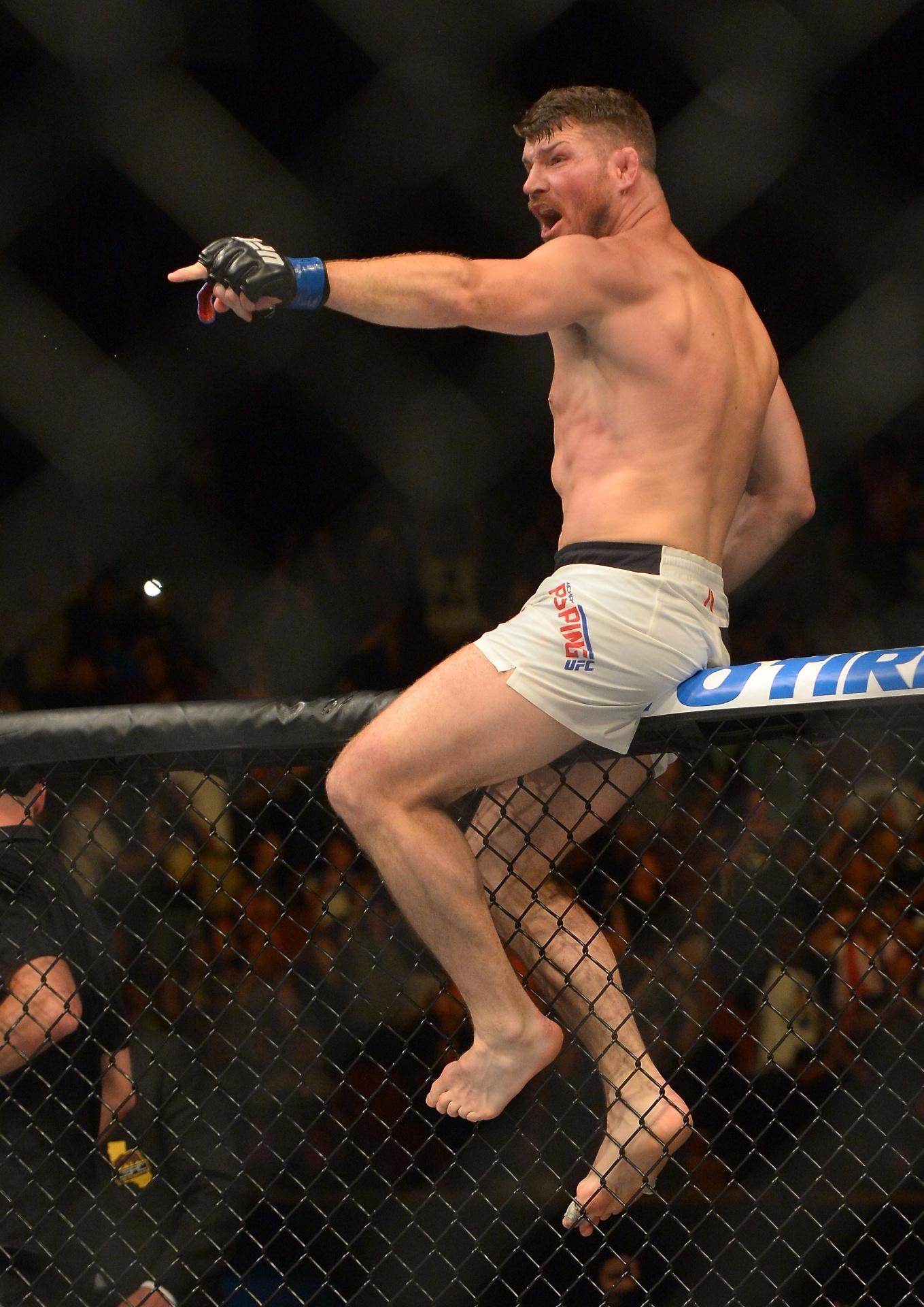 Michael Bisping celebra após nocaute sobre Luke Rockhold no UFC 199