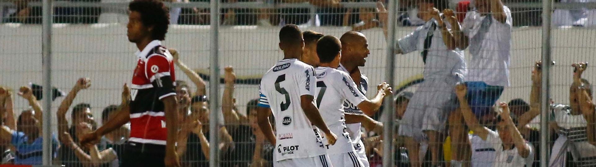 Jogadores da Ponte Preta comemoram gol marcado contra o Santa Cruz
