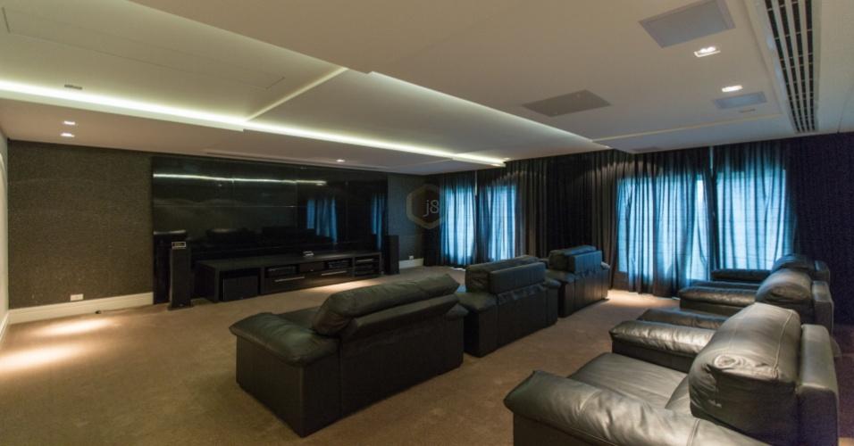 Mansão que Ronaldinho irá morar caso feche com o Coritiba tem enorme sala de TV