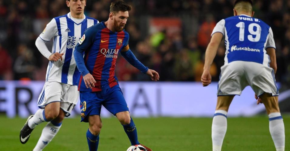 O atacante do Barcelona, Lionel Messi, parte para cima da marcação do Real Socieadad