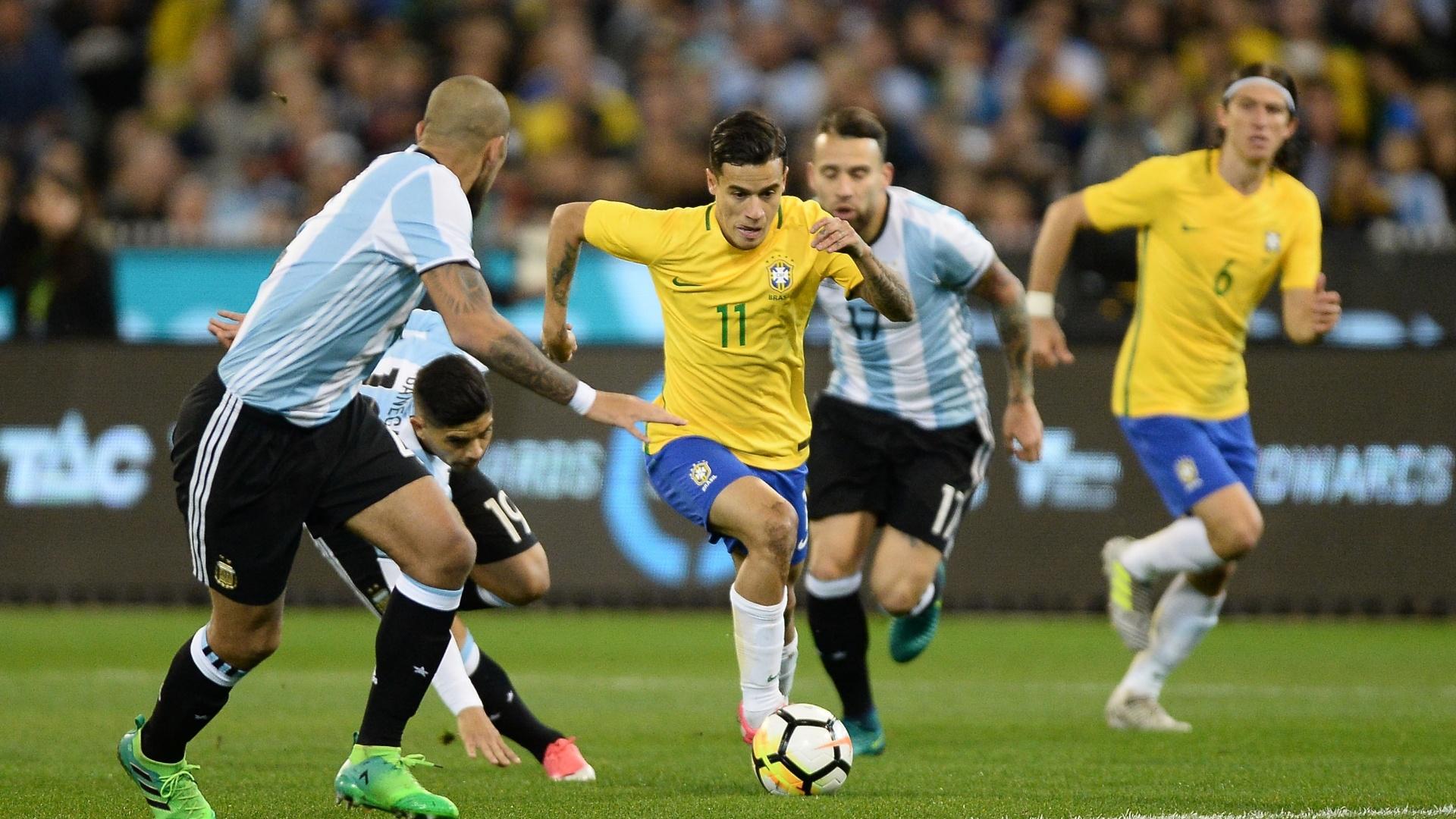 Philippe Coutinho tenta passar por marcação da Argentina