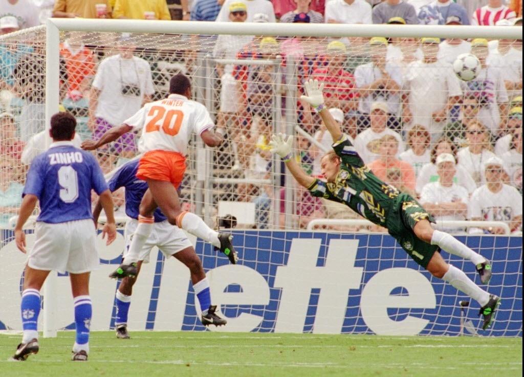Aron Winter marca o gol de empate contra o Brasil na partida válida pelas quartas de final entre Brasil e Holanda na Copa do Mundo de 1994