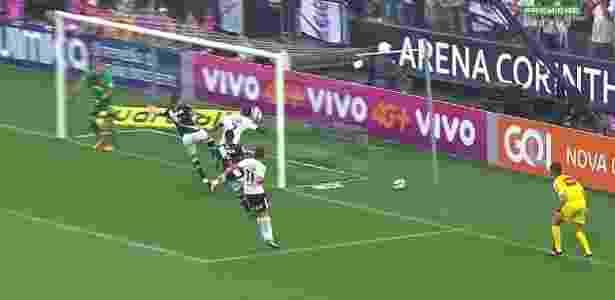 Jô marca com o braço em Corinthians x Vasco - Reprodução/Premiere