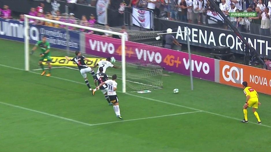 Jô marca com o braço em Corinthians x Vasco