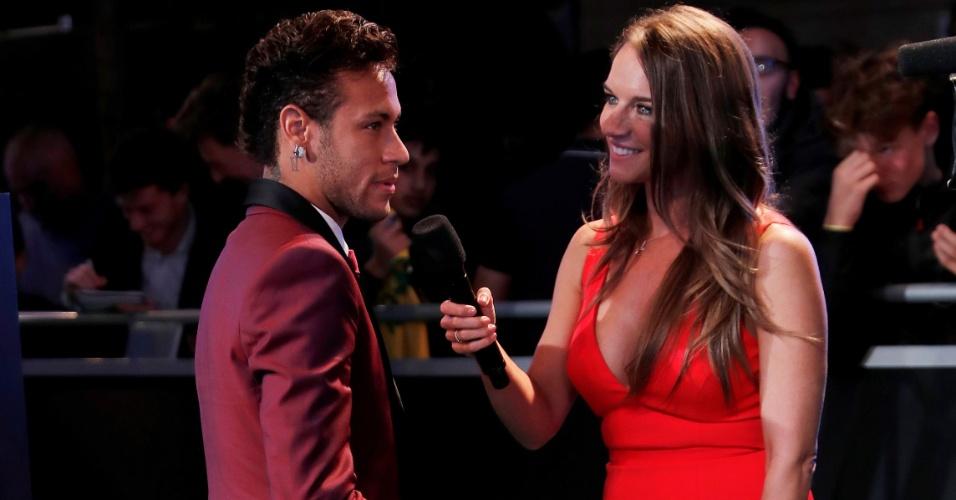 Neymar concede entrevista antes do início do prêmio dos melhores da Fifa