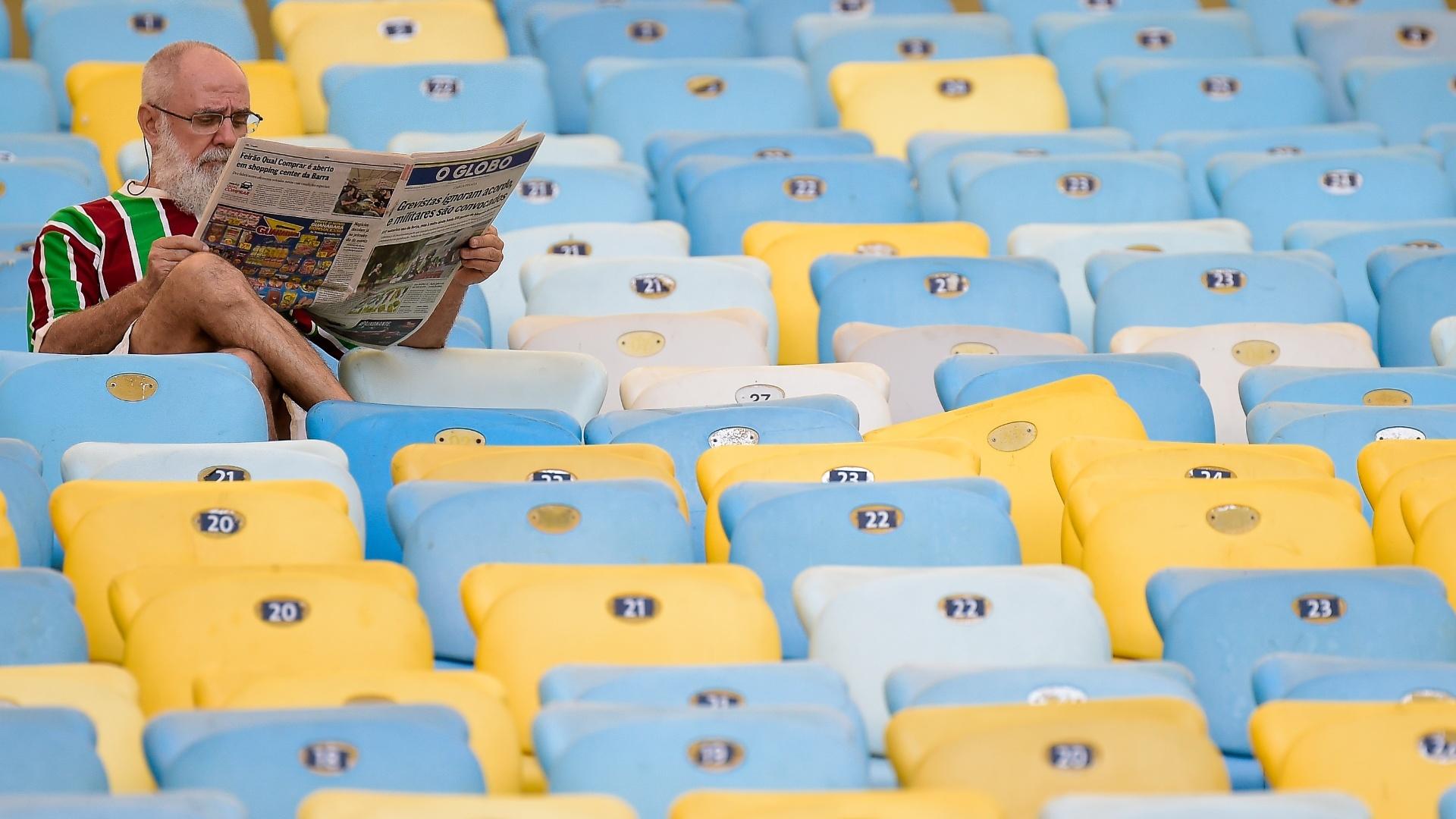 Torcedor lê jornal durante a partida entre Fluminense e Chapecoense
