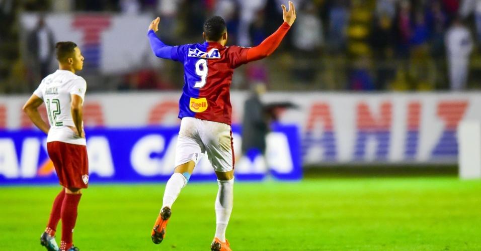 Thiago Santos comemora primeiro gol do Paraná diante do Fluminense