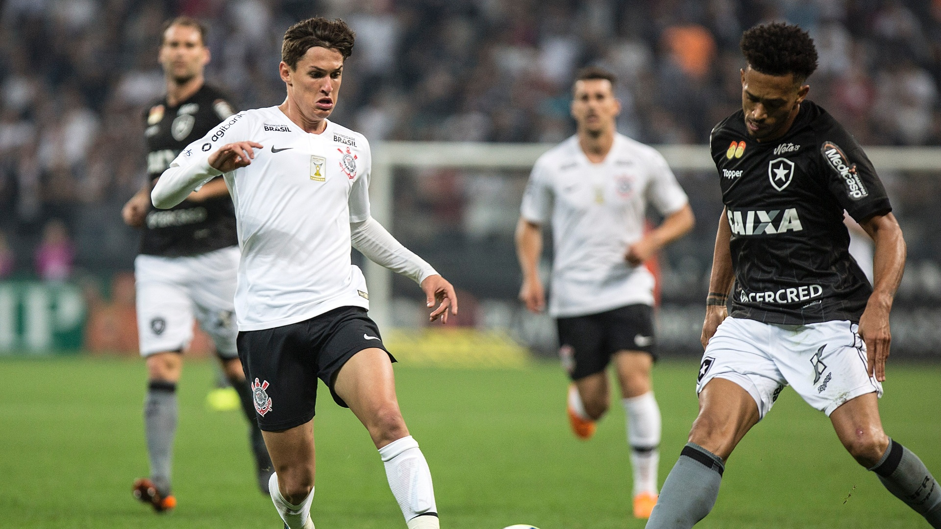 Mateus Vital divide com Luis Ricardo durante Corinthians x Botafogo no Brasileirão