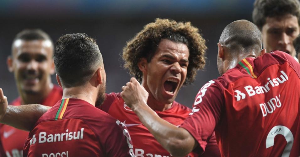 Jogadores do Internacional comemoram gol de Patrick contra o Bahia, pelo Campeonato Brasileiro