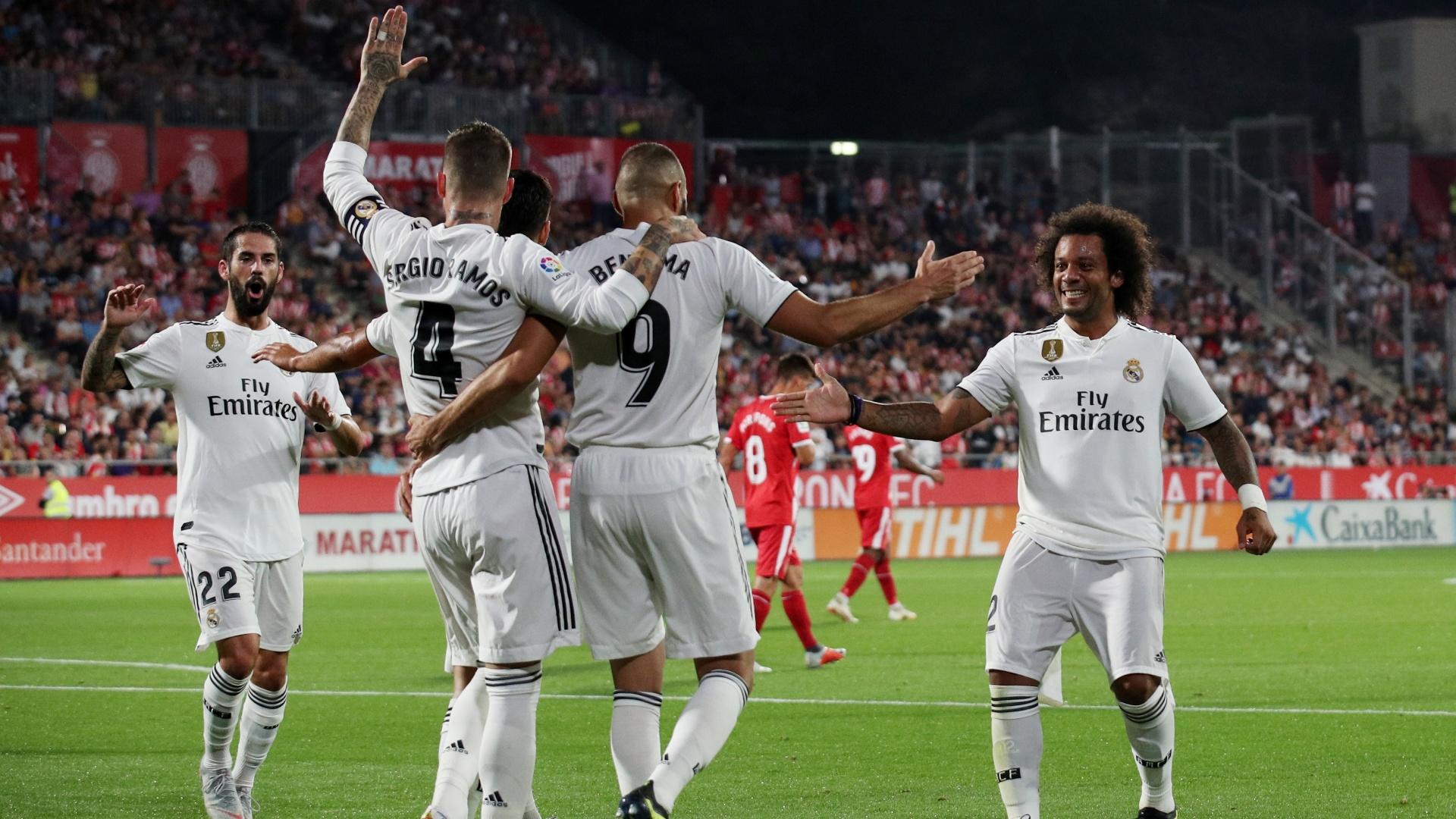 Jogadores do Real Madrid correm para celebrar o gol marcado por Benzema