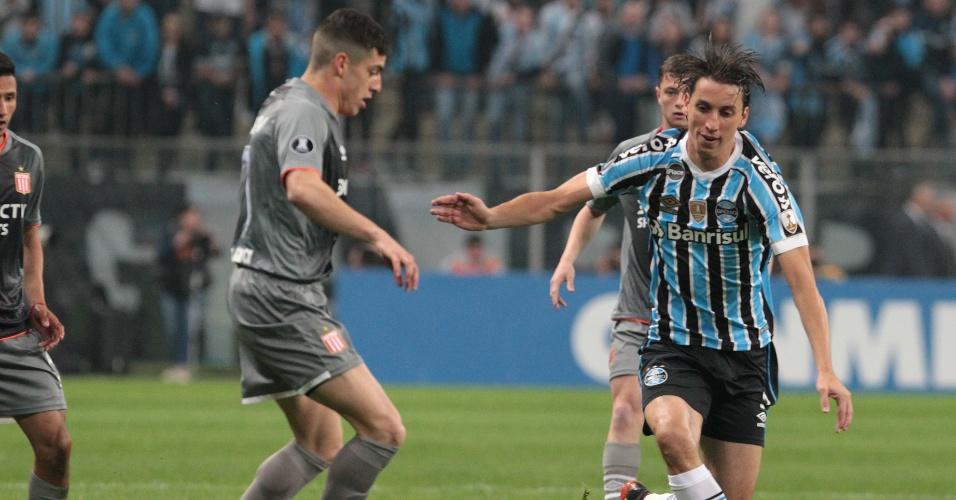 O zagueiro Geromel disputa a bola com Iván Erquiaga no jogo entre Grêmio e Estudiantes
