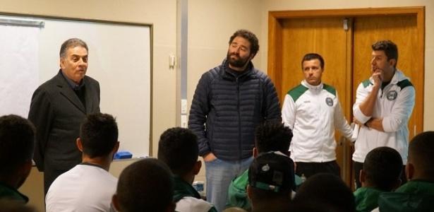 """Pelaipe falando aos jogadores do Coxa: """"se não honrar a camisa, não fica"""" - Comunicação CFC"""