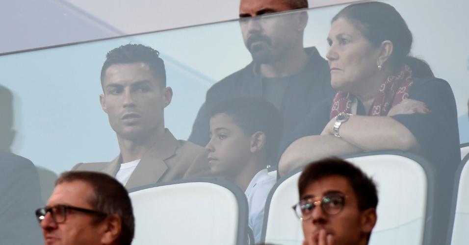 Suspenso, Cristiano Ronaldo assiste ao jogo entre Juventus x Young Boys junto com seu filho