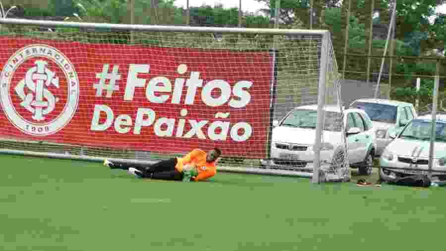 Goleiro Carlos Miguel relatou ter sido alvo de xingamentos racistas em jogo no RS - Marinho Saldanha/UOL