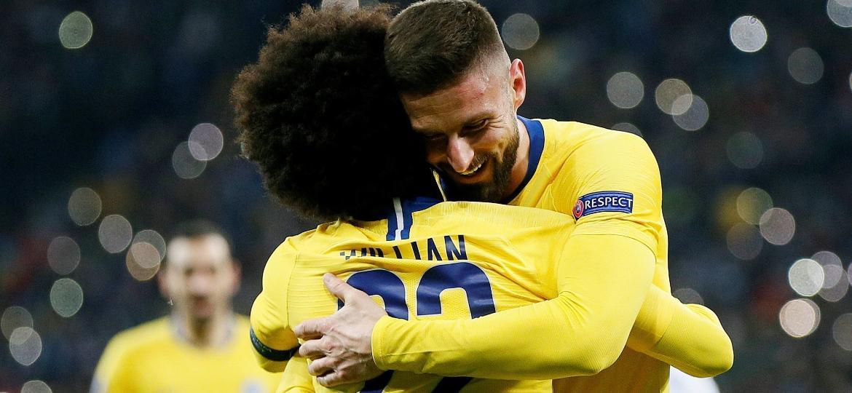 Willian teve grande atuação e recebe abraço de Giroud, autor de três gols na goleada - Valentyn Ogirenko/Reuters