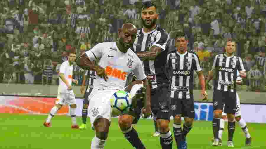 Vagner Love, atacante do Corinthians, tenta dominar a bola enquanto pressionado pela marcação do Ceará, durante jogo da Copa do Brasil 2019 - Xandy Rodrigues/Futura Press/Estadão Conteúdo