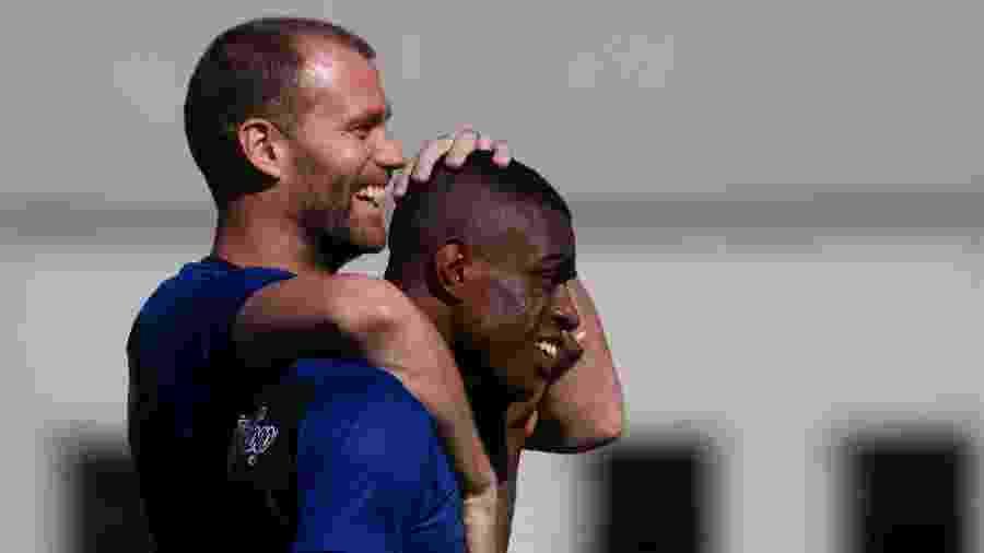 Joel Carli abraça Marcelo durante treinamento do Botafogo no Nilton Santos - VITOR SILVA/SSPRESS/BOTAFOGO