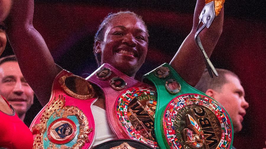 Claressa Shields posa com seus cinturões após vencer Christina Hammer - Mitchell Leff/Getty Images