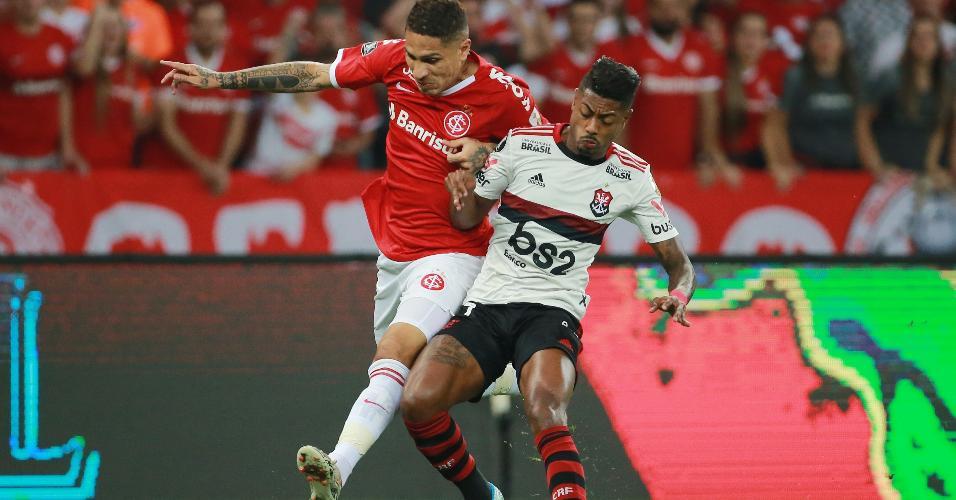 Guerrero e Bruno Henrique disputam bola em Internacional x Flamengo