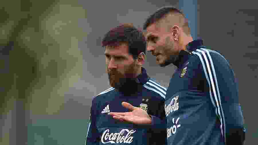 Lionel Messi e Icardi conversam em treino da Argentina em 2018 - Marcos Brindicci/Reuters